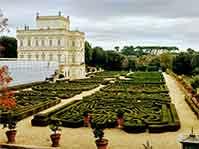Percorreremo i verdi viali di Villa Pamphili con fontane, laghi e splendidi giardini fioriti